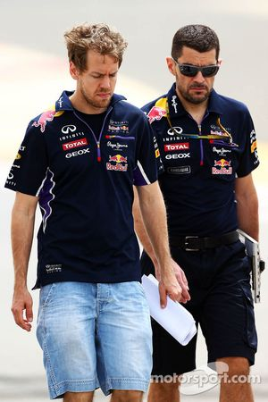 Sebastian Vettel, Red Bull Racing camina por el circuito con Guillaume Rocquelin, Red Bull Racing in