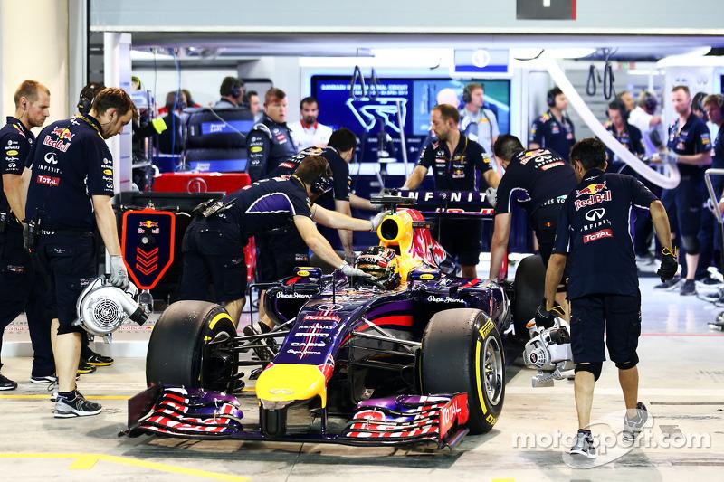 Sebastian Vettel, Red Bull Racing RB10 vuelve a boxes