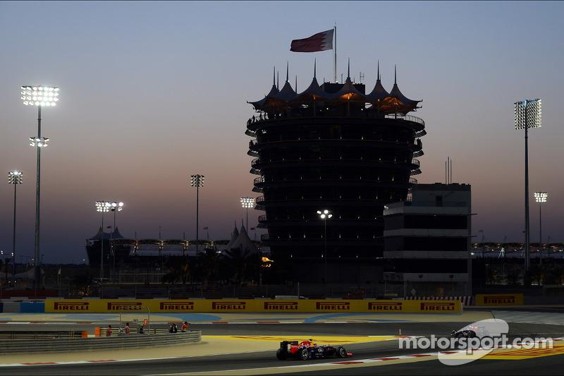 Daniil Kvyat, Scuderia Toro Rosso STR9 y Sebastian Vettel, Red Bull Racing RB10