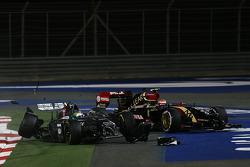 Crash: Esteban Gutierrez, Sauber C33, und Pastor Maldonado, Lotus F1 E22