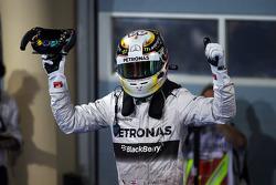 Ganador de la carrera Lewis Hamilton, Mercedes AMG F1 W05 celebra en parc ferme