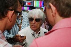 Bernie Ecclestone com a imprensa