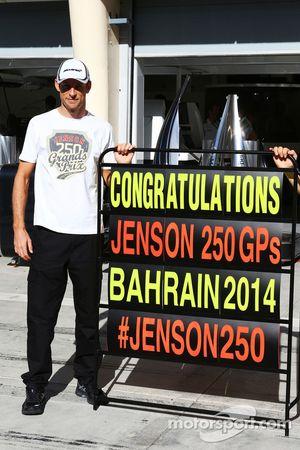 Jenson Button, McLaren celebra su GP #250 GP con su equipo