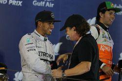 Ganador de la carrera Lewis Hamilton, Mercedes AMG F1 en el podio con Brian Johnson, cantante de AC/