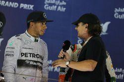Vainqueur: Lewis Hamilton, Mercedes AMG F1 sur le podium Brian Johnson (AC/DC)