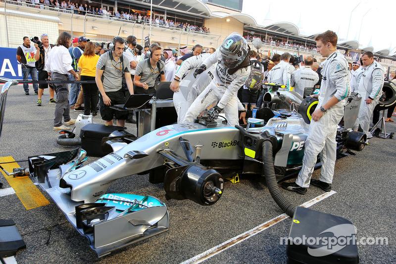 …все приготовились к первому настоящему сражению между гонщиками Mercedes.