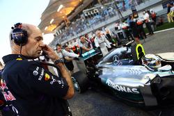 Adrian Newey, Red Bull Racing director técnico mira a Lewis Hamilton, Mercedes AMG F1 W05 en la parr