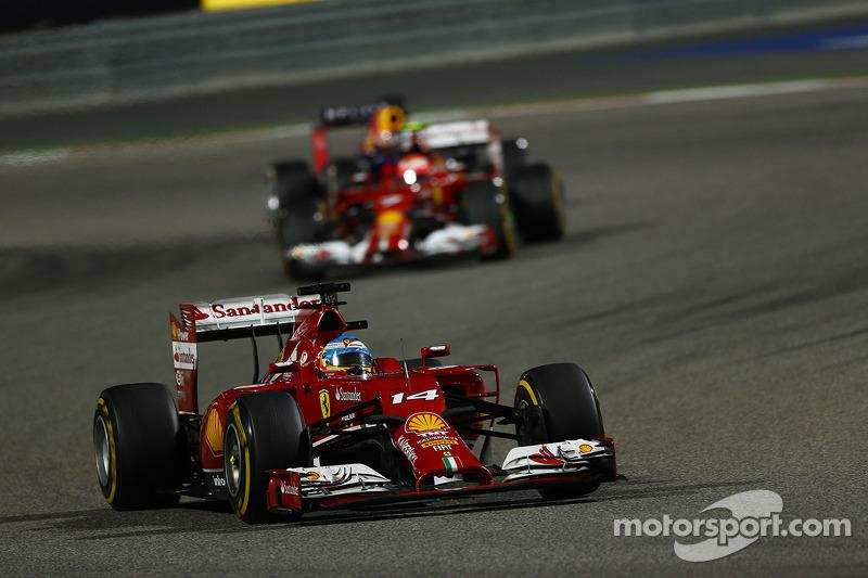 Что до гонщиков Ferrari, то Фернандо Алонсо и Кими Райкконен после трех пит-стопов заняли только девятое и десятое места.