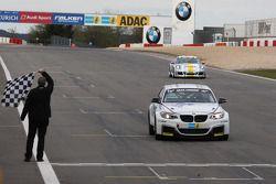 宝马车队驾驶宝马M235i的亚历山大·霍夫曼,杰特罗·柏伟顿,亚历山大·麦斯通过终点线