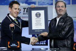 El Presidente del Texas Motor Speedway, Eddie Gossage recibe un certificado de Récord Guinness por e