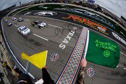 Partenza con bandiere gialle: Tony Stewart, Stewart-Haas Chevrolet al comando
