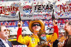 Il vincitore della gara Joey Logano su Ford del team Penske Racing