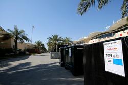Container der Teams im Fahrerlager des Bahrain International Circuit