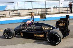 Martin Brundle guida la Lotus 98T di Ayrton Senna