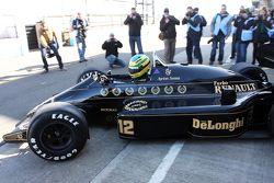 Bruno Senna conduce el auto Ayrton Senna Lotus 98T