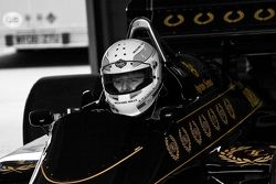 Martin Brundle conduce el auto de Ayrton Senna Lotus 98T