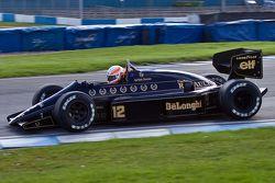 Martin Brundle, Ayrton Senna'nın Lotus 98T aracını sürüyor