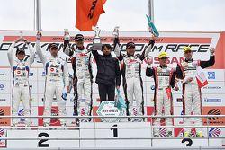 GT300 winnaars Nobuteru Taniguchi, Tatsuya Kataoka, tweede plaats Jorg Muller, Seiji Ara, derde plaa