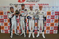 GT300 winnaars Nobuteru Taniguchi, Tatsuya Kataoka, GT500 winnaars Daizuke Ito en Andrea Caldarelli