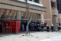 Льюис Хэмилтон. Апрельские тесты в Бахрейне, Среда.