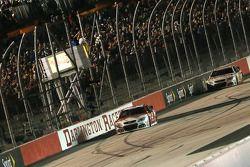 Kevin Harvick, Stewart-Haas Racing Chevrolet galibiyete ulaşıyor