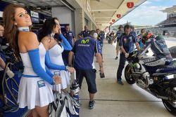 Charmantes jeunes femmes dans le garage Yamaha