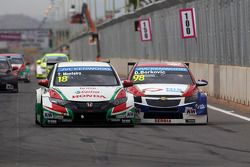 Tiago Monteiro, Honda Civic WTCC, Castrol Honda WTC Team e Dusan Borkovic, Chevrolet RML Cruze TC1,