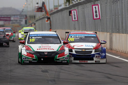 Tiago Monteiro, Honda Civic WTCC, Castrol Honda WTC Team et Dusan Borkovic, Chevrolet RML Cruze TC1, NIS Petrol by Campos Racing