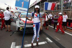 Yvan Muller, 雪铁龙C-Elysee WTCC赛车,雪铁龙-道达尔WTCC车队,和起步线女孩