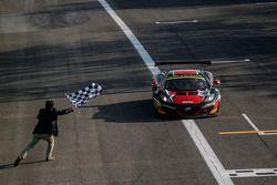 #98 ART Grand Prix McLaren MP4-12C: Gregoire Demoustier, Alexandre Prémat, Alvaro Parente recebe a b