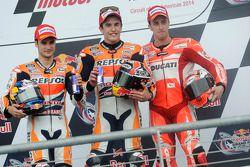 Le vainqueur Marc Marquez, le deuxième Dani Pedrosa, le troisième Andrea Dovizioso
