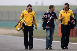 Sebastian Vettel, Red Bull Racing conversa con los ingenieros de Renault Sport