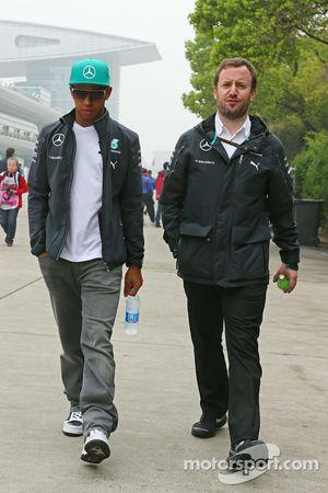 Lewis Hamilton, Mercedes AMG F1; Bradley Lord, Mercedes AMG F1, Pressesprecher