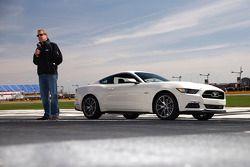 Bill Ford, Ford Motor Şirketi'nin Mustang'inin 50. yıldönümü