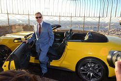 Bill Ford con una Ford Mustang cabrio costruita all'86esimo piano dell'Empire State Building per fes