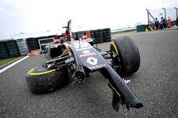 La Lotus F1 E22 di Pastor Maldonado, Lotus F1 Team, danneggiata dopo l'incidente