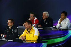 Conferência de imprensa da FIA, Ferrari diretor técnico; Charlie Whiting, FIA Delegate; Yasuhisa Arai, Honda Motorsport chefe oficial; Andy Cowell, Mercedes-Benz High Performance Powertrains Managing diretor; Rob White, R