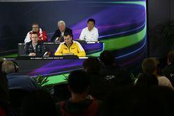 Conferência de imprensa da FIA, Ferrari diretor técnico; Charlie Whiting, FIA Delegate; Yasuhisa Ar