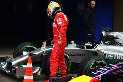 Fernando Alonso, Ferrari, begutachtet das Auto von Lewis Hamilton, Mercedes AMG F1 W05