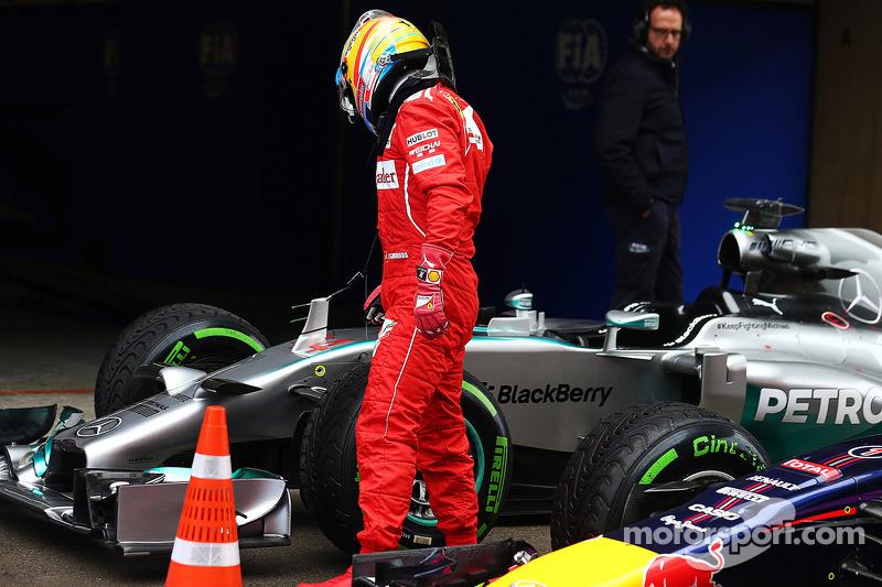 Fernando Alonso, Ferrari mira el Mercedes AMG F1 W05 de Lewis Hamilton, Mercedes AMG F1 en parc ferme