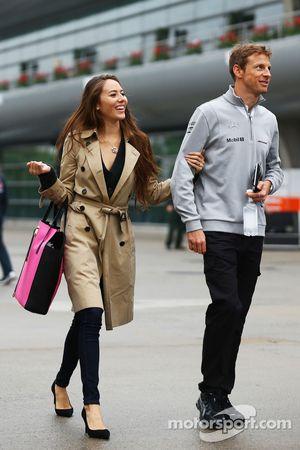Jenson Button, McLaren, mit Freundin Jessica Michibata