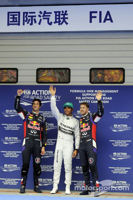 Classificação top 3 no parc ferme, Red Bull Racing, segundo; Lewis Hamilton, Mercedes AMG F1, pole p