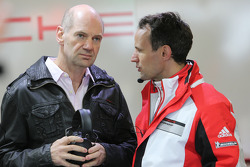 Adrian Newey, engenheiro da Red Bull, no box da equipe Porsche