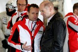 Alexander Hitzinger, diretor técnico do Porsche Team e Adrian Newey, Red Bull Racing