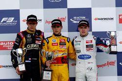 Pódio: vencedor da corrida Tom Blomqvist, o segundo lugar Esteban Ocon, o terceiro lugar Jordan King