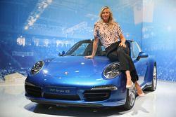 Porsche brand ambassado Maria Sharapova mostra novas linhas do 911