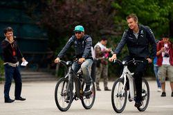 Lewis Hamilton, Mercedes AMG F1 en su bicicleta