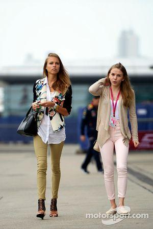 Dasha Kapustina, Freundin von Fernando Alonso (links)