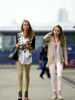 Dasha Kapustina, girlfriend of Fernando Alonso, Ferrari (Left).