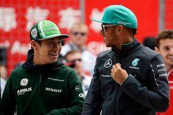 Kamui Kobayashi, Caterham y Lewis Hamilton, Mercedes AMG F1 en el desfile de pilotos